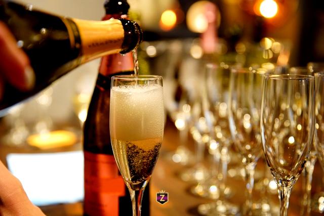 シャンパングラスに注がれる高級シャンパン